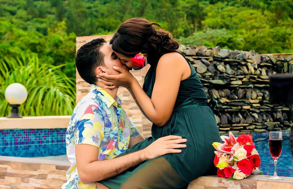 comment embrasser un homme
